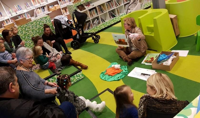 • De bijeenkomst in de bibliotheek.