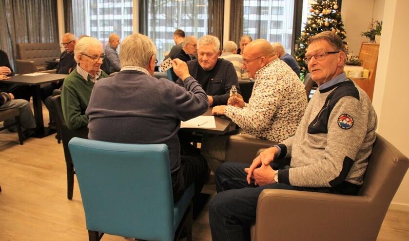 • Henk de Groot (rechts) bij een groepje klaverjassende senioren.