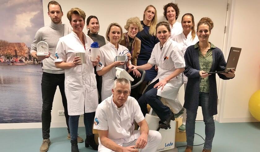 • Longchirurg Geertruid Marres (op trainingsfiets) te midden van een aantal collega's die betrokken zijn bij het begeleiden van de patiënten voor de operatie.