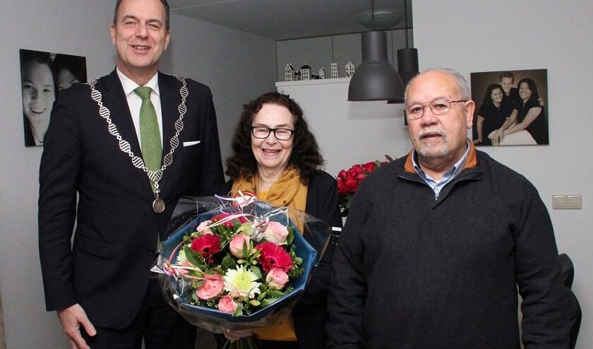 • Echtpaar Worthington met burgemeester Paans.