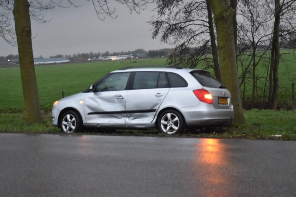 • Een van de auto's raakte een elektriciteitskast. Foto: Hans Verbeek/Meesters Multi Media © Bommelerwaard