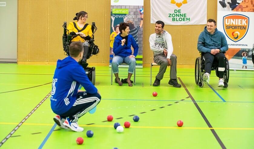 • Jongeren spelen het spel Boccia in Helsdingen.