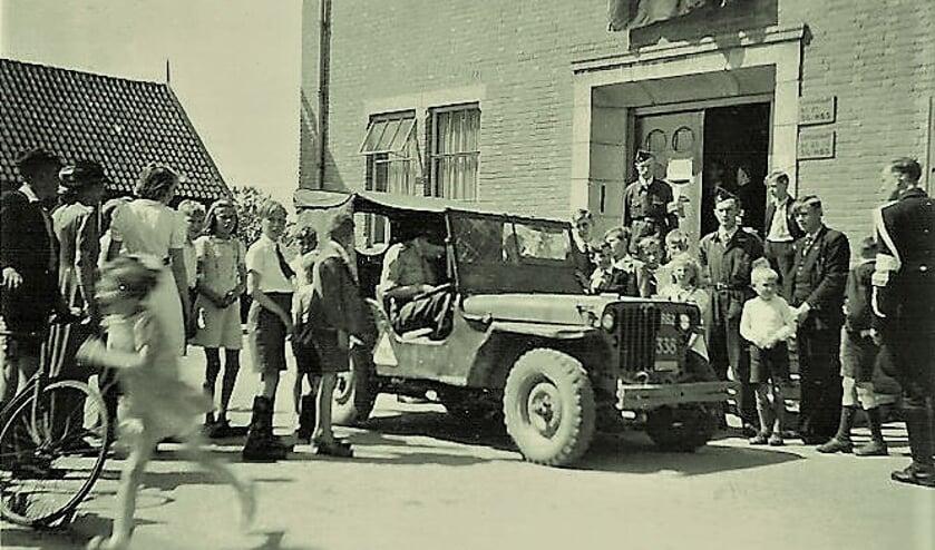 • Jeep voor gemeentehuis van Hardinxveld-Giessendam.