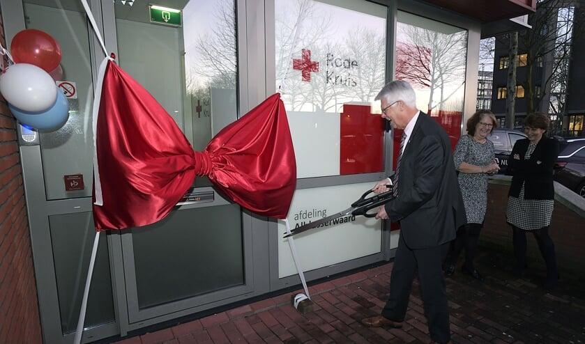 • Piet van Weenen opent het onderkomen van het Rode Kruis in Papendrecht.