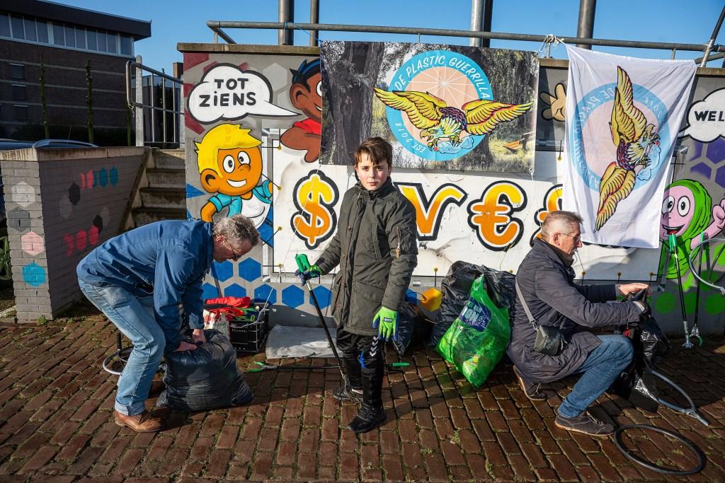 Plastic Guerrilla ruimt zwerfvuil op in Leerdam-West Foto: Nico Van Ganzewinkel © Leerdam