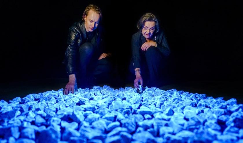 • Daan Roosegaarde en Gerdi Verbeet bij het monument Levenslicht.