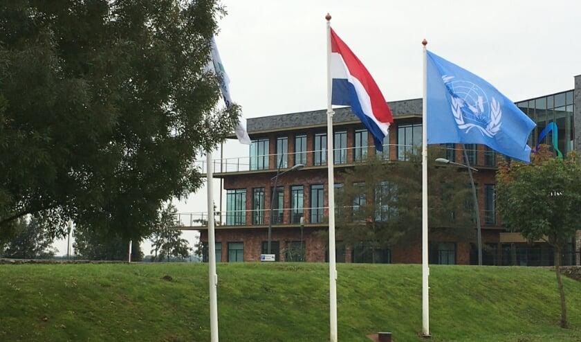 <p>Ook de VN-vlag is gehesen bij het gemeentehuis in Almkerk.</p>