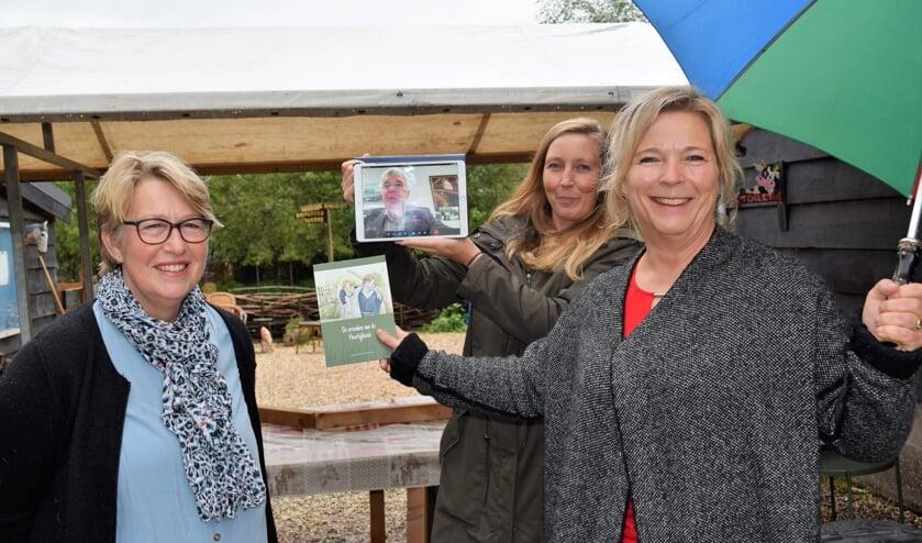 • Op de foto staan v.l.n.r. Ciska de Vries (illustrator), Wethouder De Ruijter (op tablet), Tamara van Rossum (SOC) en Hermien Stok.