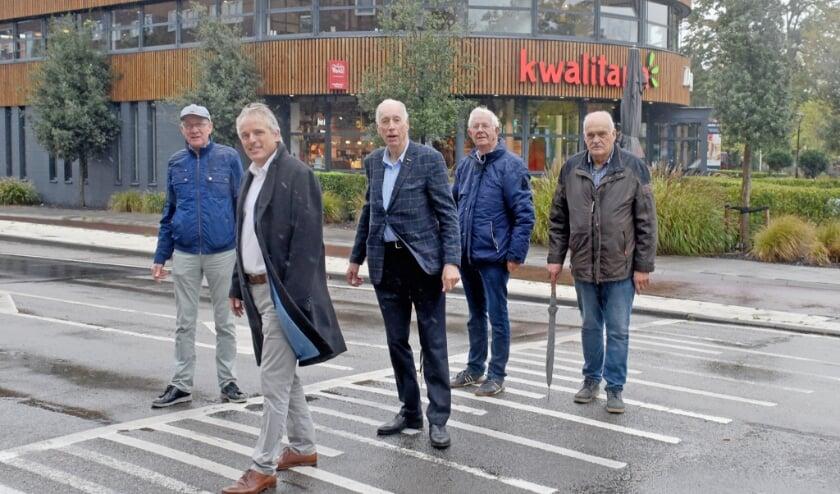 • Onder andere wethouder Huib Zevenhuizen op de plaats waar het zebrapad komt.