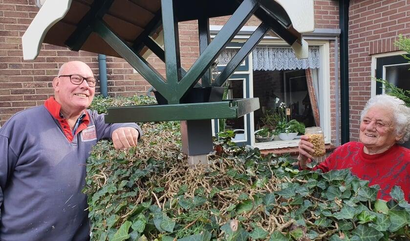 • Arie den Besten en Jo Roest bij de vogelvoederplaats.