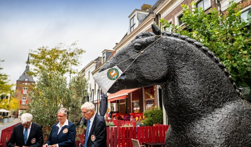 Bestuur Paardenmarktcomité Vianen brengt bezoek aan het Viaanse Paard op de Voorstraat