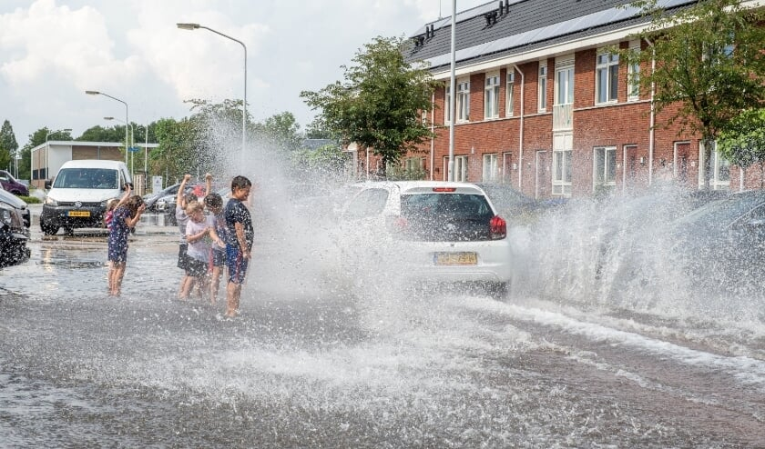 <p>&bull; Aanpassing aan het klimaat is nodig, onder andere doordat hoosbuien toenemen. Op de foto: wateroverlast in Papendrecht.</p>