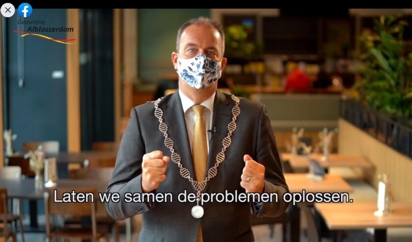 • Burgemeester Paans in zijn videoboodschap.