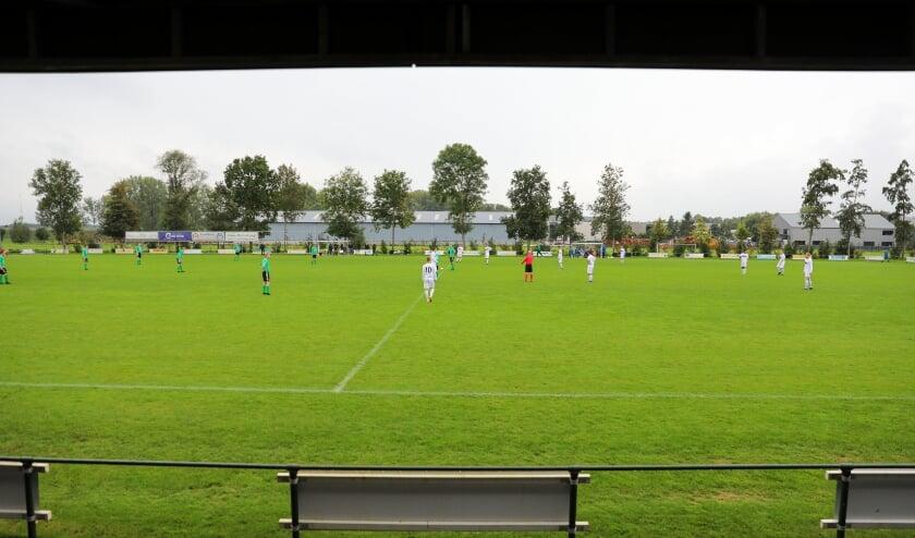 • Ook Lekvogels-SV Noordeloos werd gespeeld in een troosteloze ambiance: regen en geen publiek.