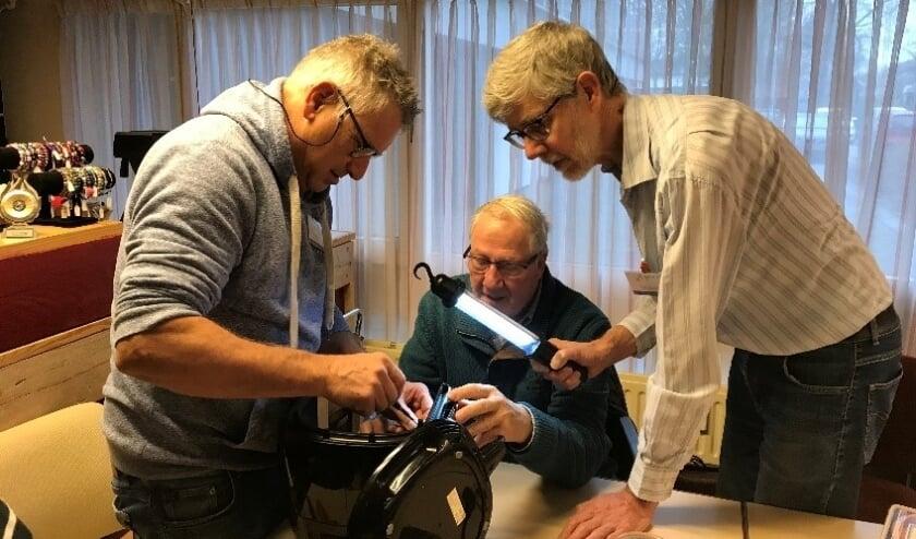 <p>&bull; Vrijwilligers van het Papendrechtse repaircaf&eacute; aan het werk (oktober 2020).</p>