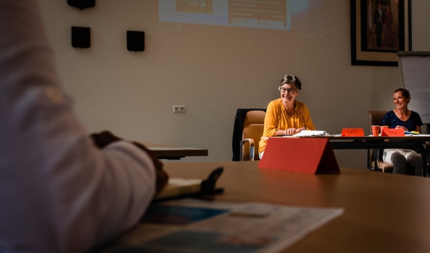 <p>Vrijwilligster Tineke Feil begeleidt wekelijks het taalcaf&eacute; in De Werf.</p>