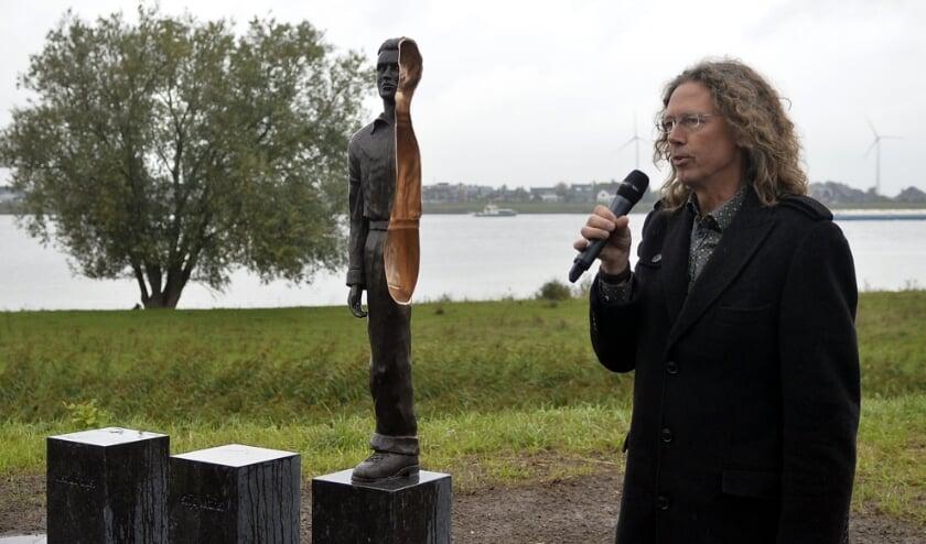 <p>Richard van der Koppel bij het monument in Werkendam.</p>