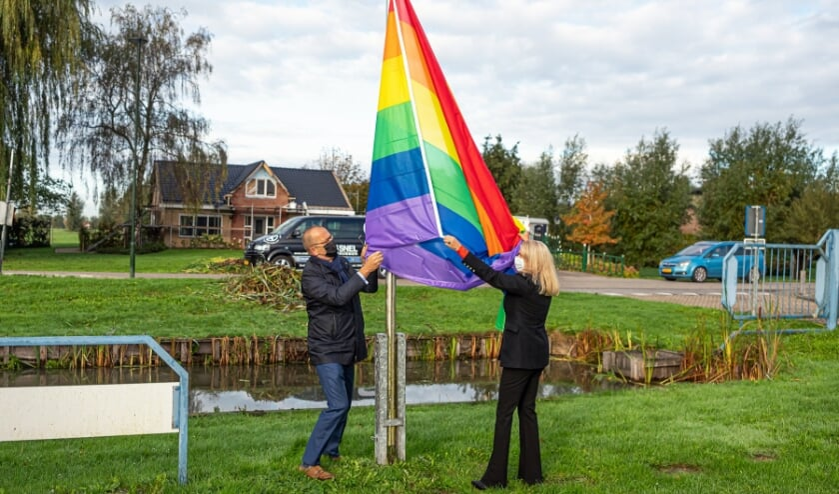 <p>&bull; Wethouder Lizanne Lanser en burgemeester Theo Segers hijsen de regenboogvlag, oktober 2020.</p>