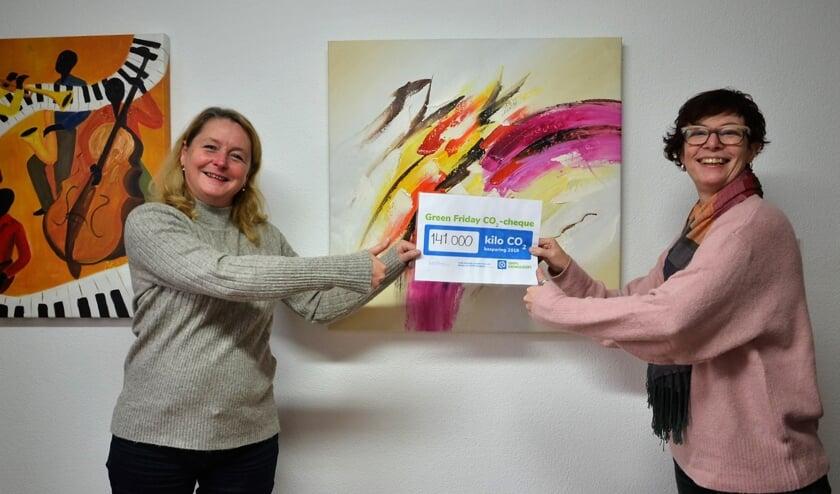 <p>&bull; Wethouder Christa Hendriksen (links) ontvangt de cheque uit handen van Ingrid Vente.</p>