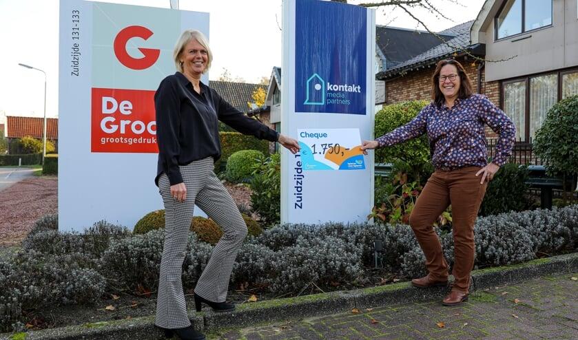 <p>• Annie Molenaar en Linda Blijenburg van Kontakt Mediapartners tonen de cheque voor 'Spieren voor Spieren'.</p>