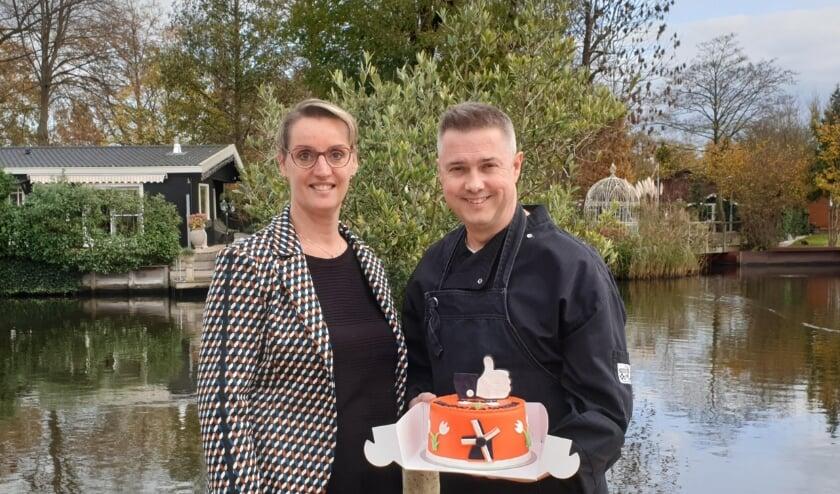 • Op de Dag van de Ondernemer hebben Gerrit en Gerda van den Heuvel, eigenaren van eetcafé Olt Ghiessen in Giessen-Oudekerk, de Mooi Molenlanden Taart in ontvangst mogen nemen.