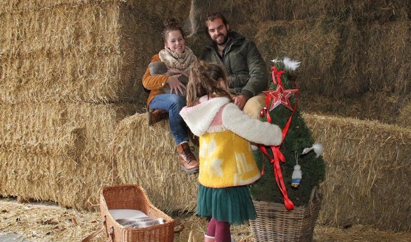 <p>&bull; Theo en Annemarie met hun kinderen in het hooi, op de Giessenburgse boerderij waar ze hopen te gaan wonen.</p>