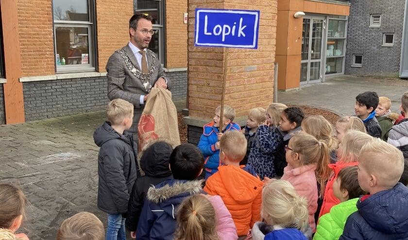 <p>• De burgemeester met de schoolkinderen.</p>