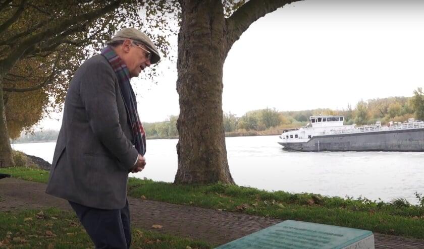 <p>• Willem Jan Otten bij de bronzen plaquette.</p>