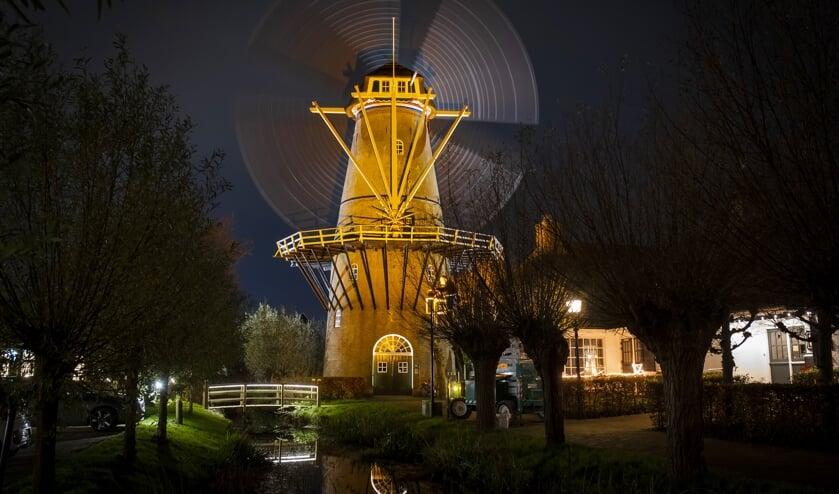 • Molen Den Arend in de oranje spotlights.