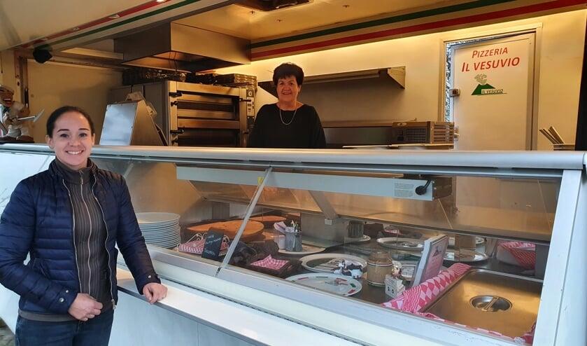 <p>• Nathalie Schoonhoven en Olga Antonio bij/in de pizzabus.</p>