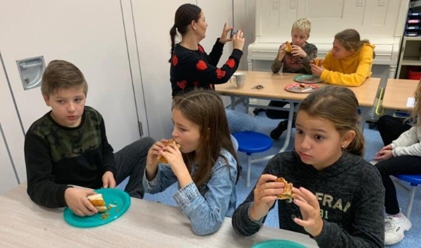 Kinderen proeven hun burgers