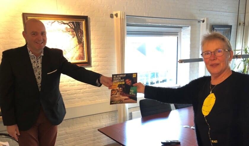 • Wethouder Van Maanen ontvangt schrijfpakket van Amnesty International.