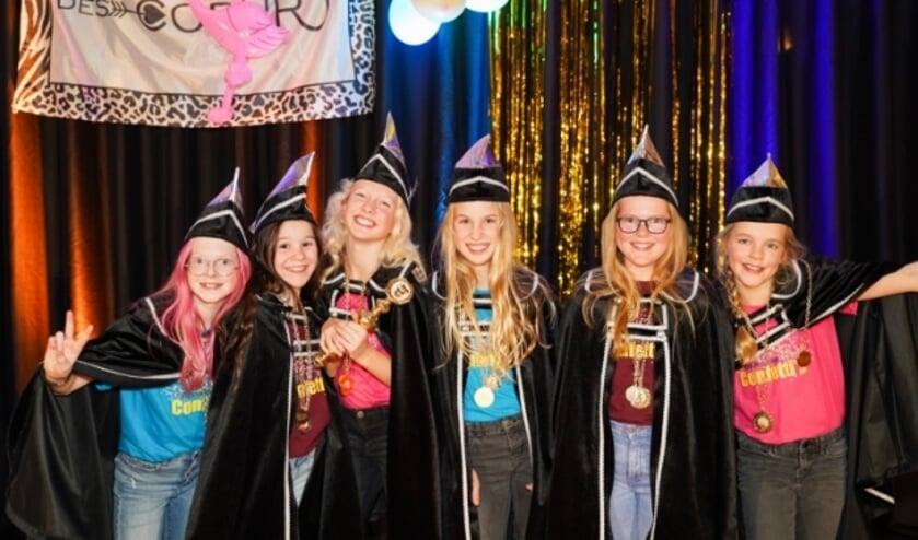 <p>En dolblije Jeugdprinses Sanne - met scepter - te midden van de jeugdraad van de Knopengeinse Confetti&#39;s. Foto: Joanna Fotografie</p>