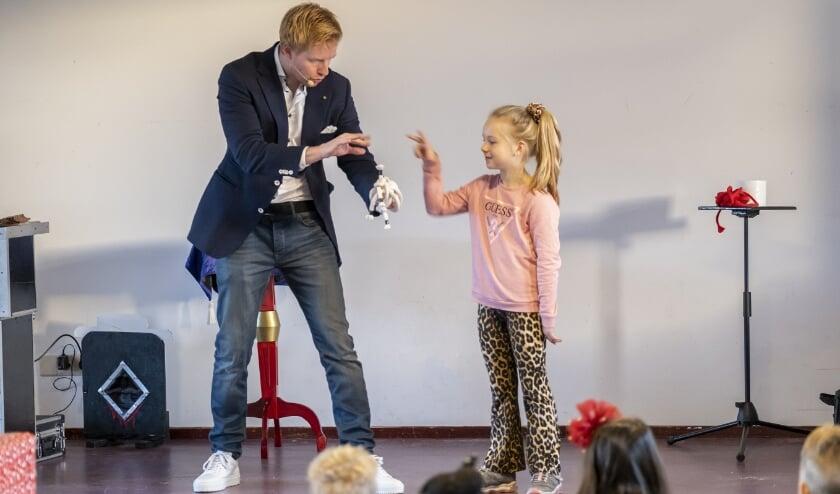 <p>• Goochelaar en illusionist Steve Carlin vermaakte de kinderen met bijzondere trucs.&nbsp;</p>