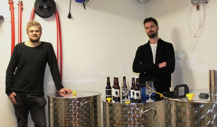 <p>• Huibert van Buren en Rick Janse in hun nanobierbrouwerij.</p>