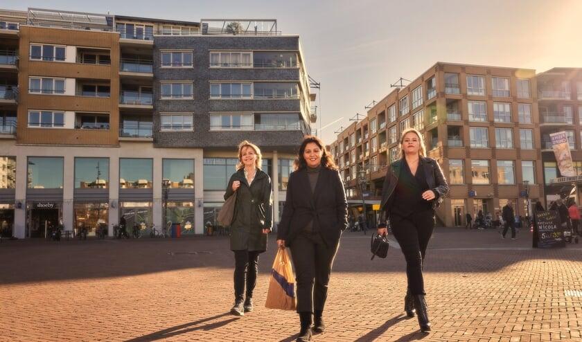 <p>• Trijntje van Es, Derya Karso en Sophia de Keizer (v.l.n.r.) bij winkelcentrum De Meent.</p>