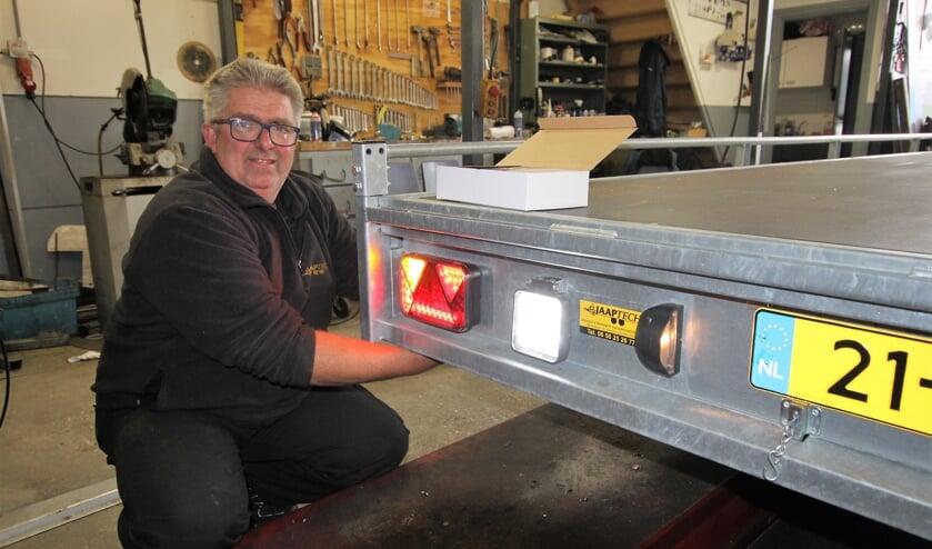 • Jaap van Rijswijk bezig met het repareren van een aanhangwagen.