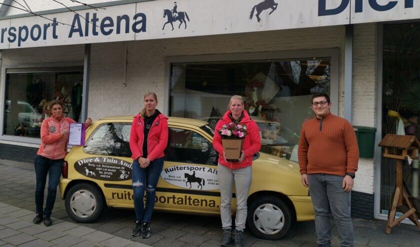<p>Eigenaresse van Dier & Tuin Mirjam de Rade toont haar certificaat Erkend Leerbedrijf, met rechts van haar stagiaire Mandy, medewerkster Dani&euml;lle en stagiair Ahmed.</p>