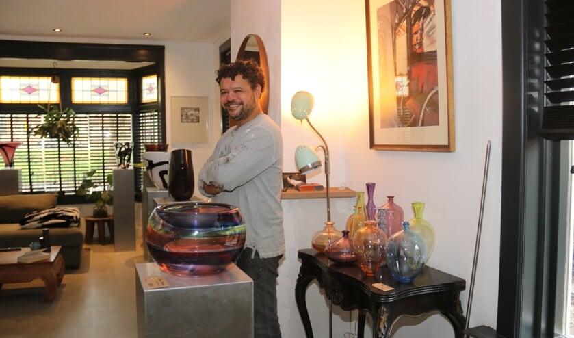 <p>&bull; De woonkamer van Marco is tijdelijk omgebouwd tot expositieruimte.&nbsp;</p>