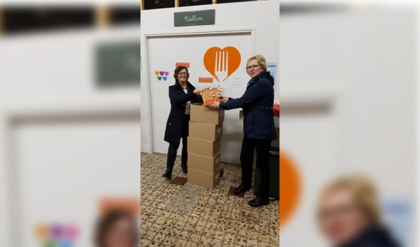 • Namens de Voedselbank Alblasserdam nam Sarah Baan (l.) de speculaaspoppen in ontvangst die Petra van Leeuwen van het Crea-team kwam brengen.