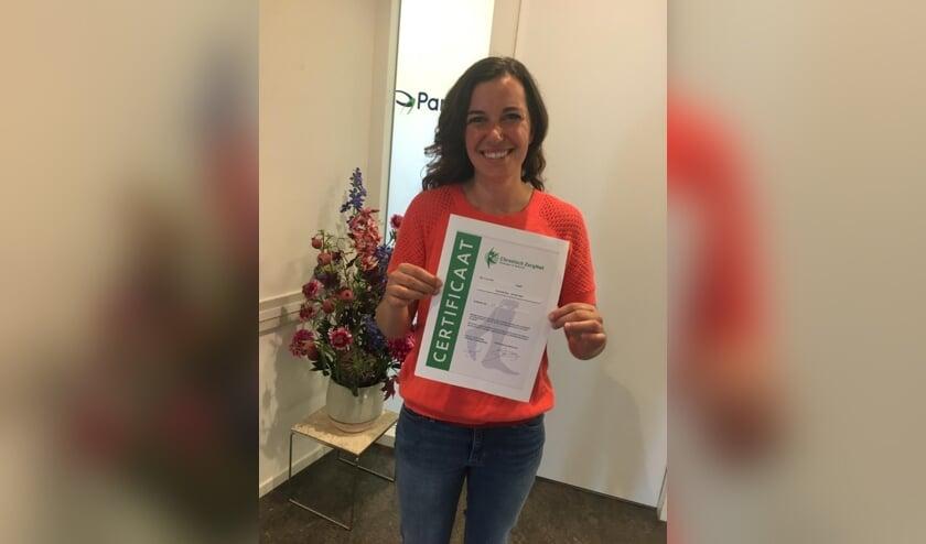 • Sonia Da Silva met het certificaat van deelname aan de pilot.