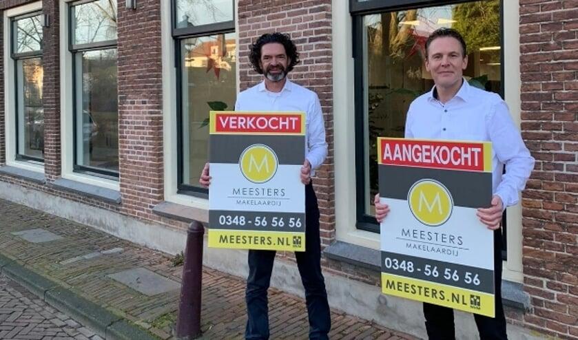 """<p pstyle=""""PlatteTxt"""">V.l.n.r.: Jan Meesters en zijn opvolger Daniël van Mourik voor het makelaarskantoor aan de Donkere Gaard. (Foto: PR)</p>"""