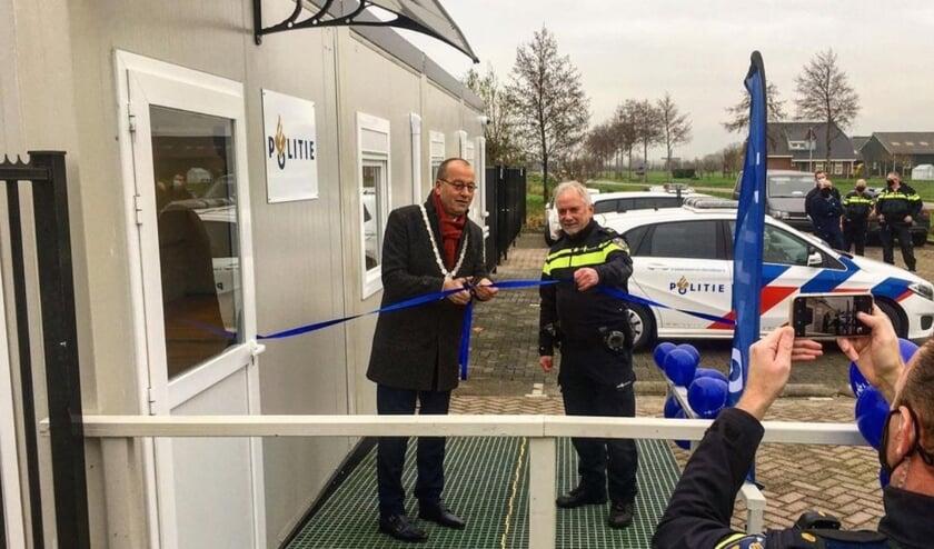 • Burgemeester Segers knipt het lintje door.
