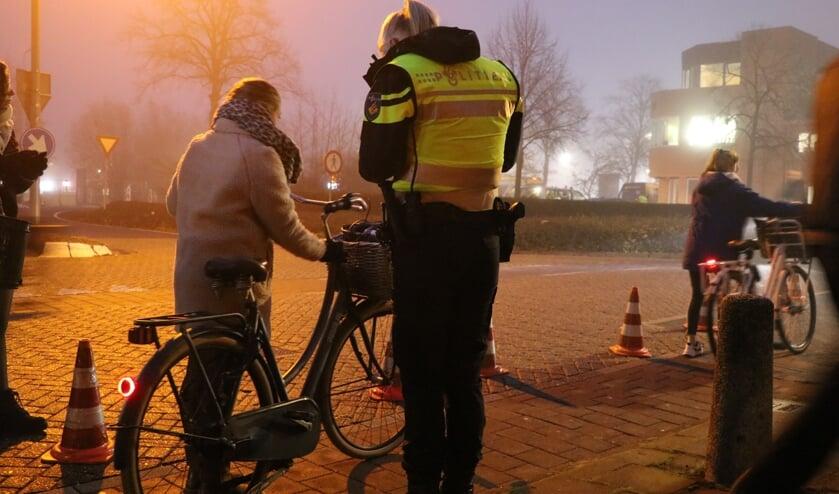 • Agenten deelden boetes uit voor het niet voeren van verlichting op de fiets.