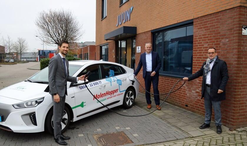 <p>• Wethouder Kraaijeveld, gemeente Gorinchem (links), Arjen Juijn, Vervoersbedrijf Juijn BV (midden) en wethouder Quik (rechts) bij een van de nieuwe elektrische MolenHopper taxi's voor het Wmo-vervoer.</p>