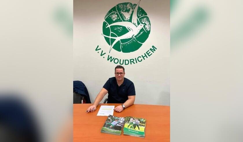 • Erwin van Breugel tekent zijn contract bij vv Woudrichem.