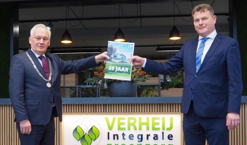 <p>• Dirk van der Borg en Dick Verheij met het jubileumboek</p>