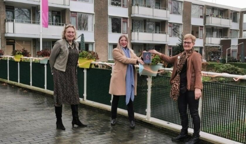 <p>Anastasia van der Lugt en Melanie Reindertsen verrasten zorgco&ouml;rdinator Marry Langerak-Versluis met de eerste dvd voor de bewoners, om na te genieten van het optreden in het Fulcotheater. (Ingezonden foto)</p>
