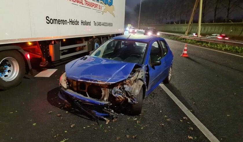 • Een van de auto's die betrokken was bij het eerste ongeval op de A15.