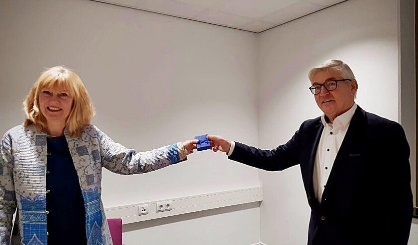 • Wethouder Corine Verver overhandigt de gouden K aan Bas den Hartog.